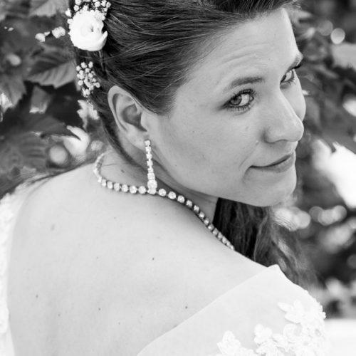 Die Braut zeigt dem Fotografen die kalte Schulter