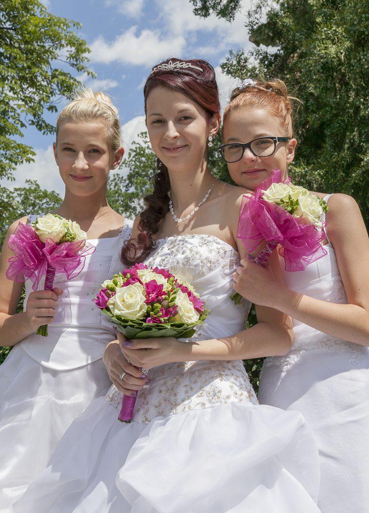 Die Braut mit ihren beiden Brautjungfern.