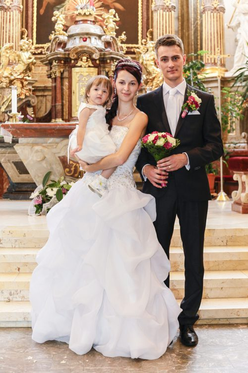 Das Hochzeitspaar mit seiner Tochter