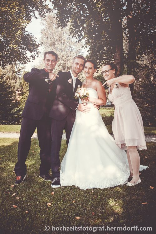 Das Brautpaar mit seinen Trauzeugen